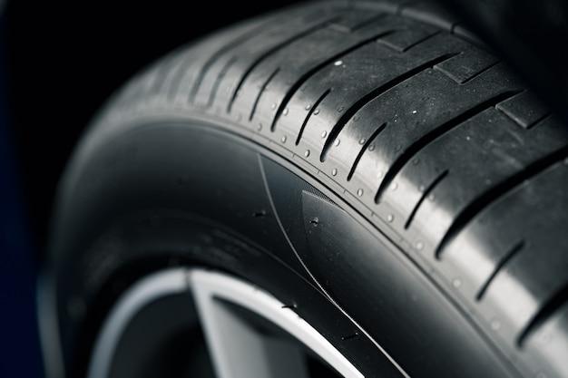 Cerca del neumático de rueda de coche nuevo