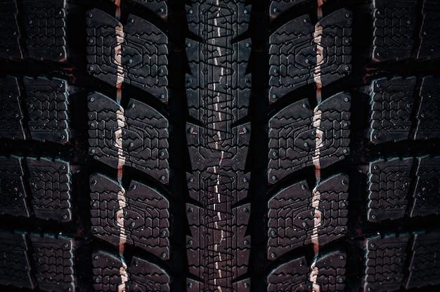 Cerca de un neumático sobre un fondo oscuro