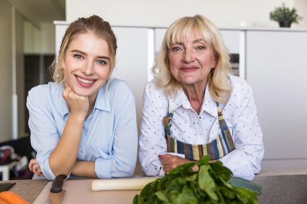 Cerca de nieta sonriente con su abuela