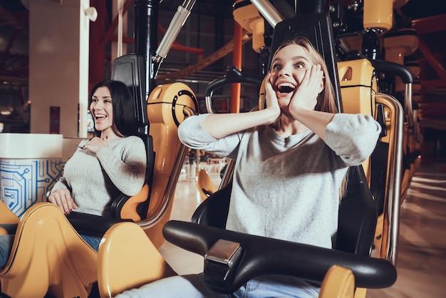 Cerca de las novias felices de la cara mientras se ríe.