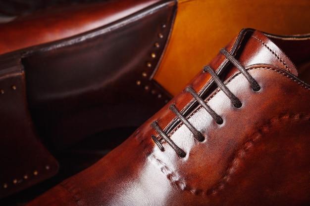 Cerca de un nuevo zapato de cuero marrón