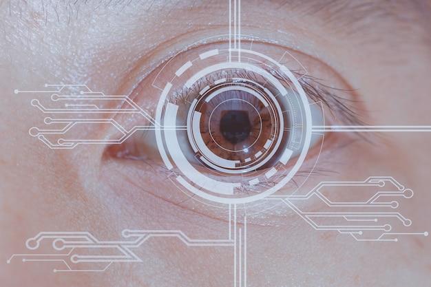 Cerca del ojo en proceso de escaneo de información digital de tecnología.