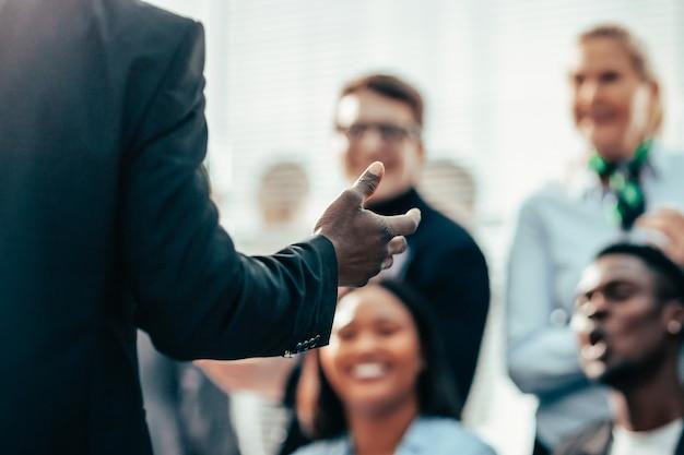 De cerca. orador hace preguntas a los participantes del seminario de negocios