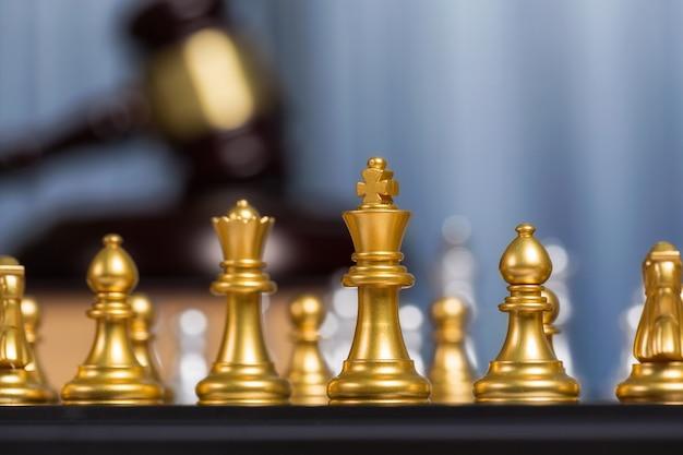 Cerca de oro rey de ajedrez o damas con mazo borrosa que significa luchar
