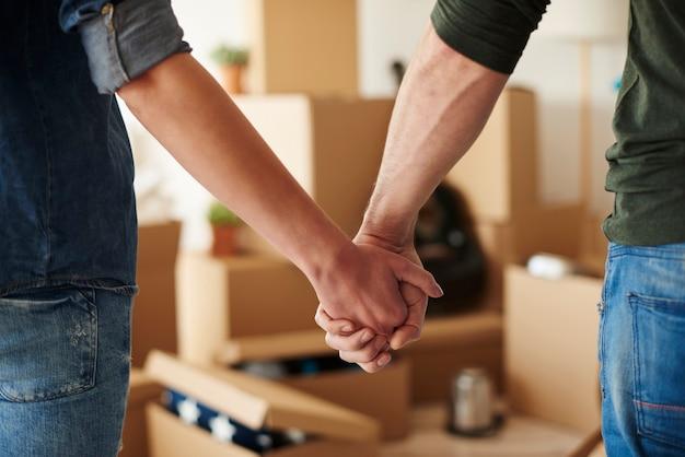 Cerca de la pareja cogidos de la mano