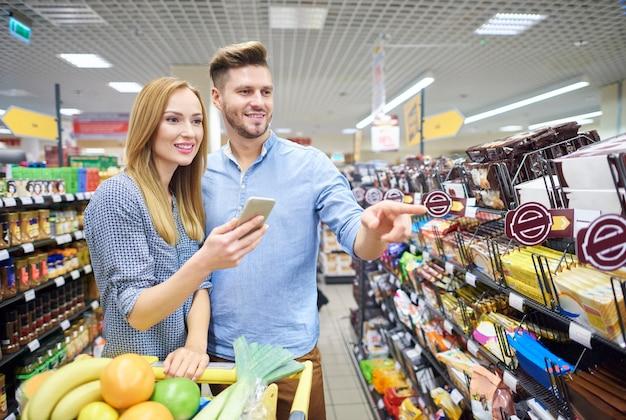 Cerca de la pareja haciendo las compras