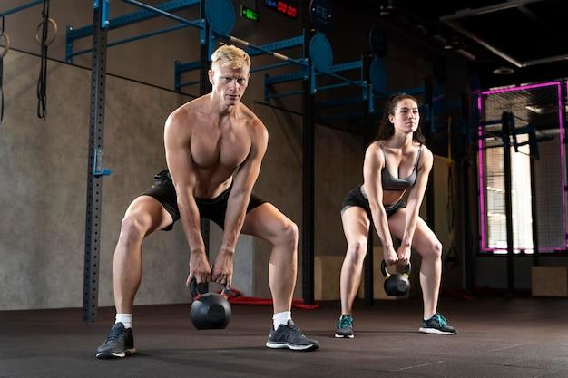 Cerca de la pareja haciendo ejercicios de crossfit