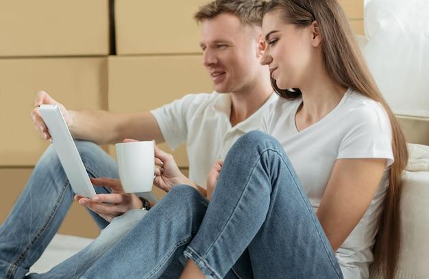 De cerca. pareja joven, hacer pedidos, en, un, tienda online