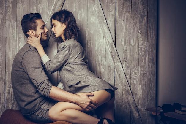 Cerca de pareja sensual y linda