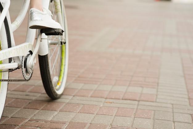 Cerca de la parte inferior de la bicicleta
