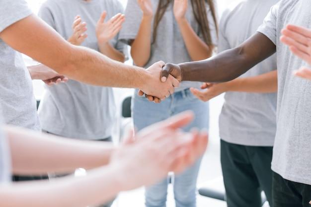 De cerca. participantes del foro de jóvenes aplaudiendo a sus líderes. negocios y educación