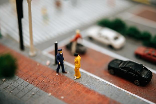 Cerca de la pequeña policía de tránsito inspeccionar a los automovilistas.