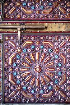 Cerca del perno de puertas antiguas de estilo oriental con muchos detalles
