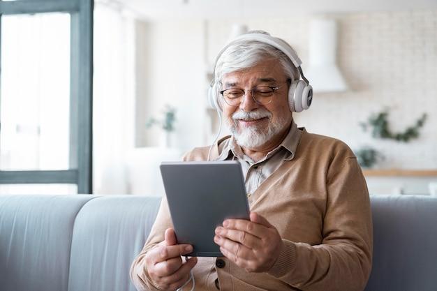 De cerca a una persona mayor mientras aprende