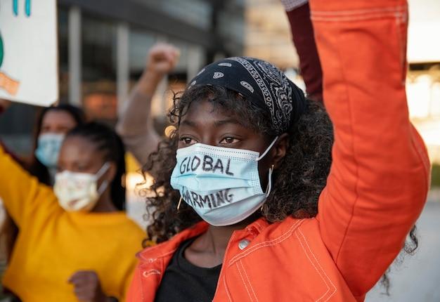 Cerca de personas que protestaban con máscaras.