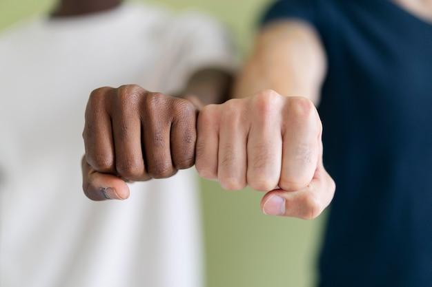 De cerca a las personas que se vuelven más fuertes juntas
