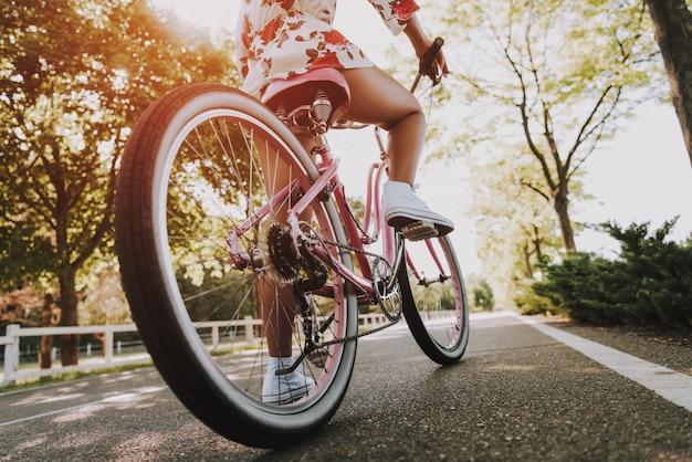De cerca. pierna de las niñas mulatas en el pedal de la bicicleta