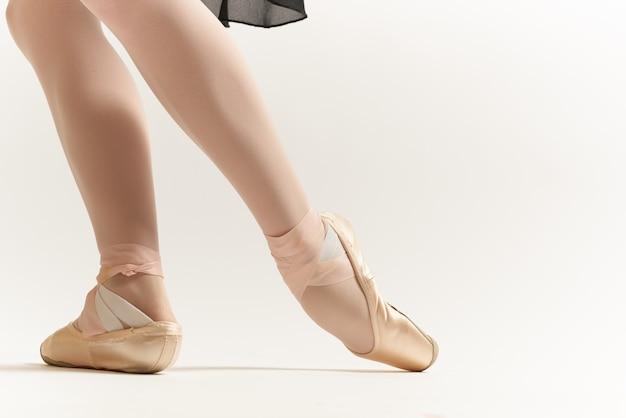 Cerca de las piernas de la bailarina aisladas