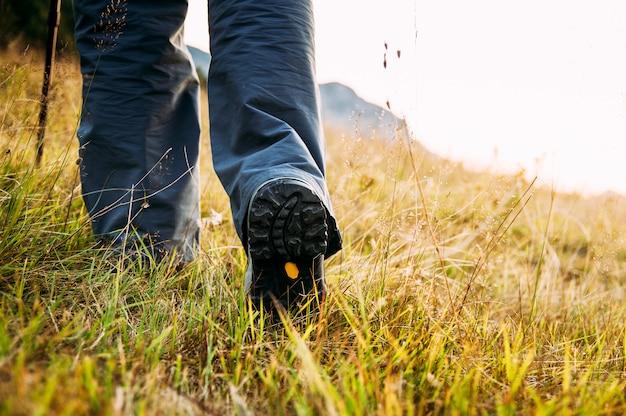 Cerca de las piernas de los excursionistas