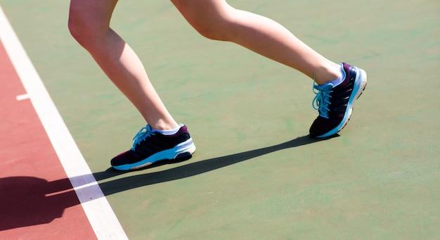 Cerca de las piernas de la mujer en zapatos