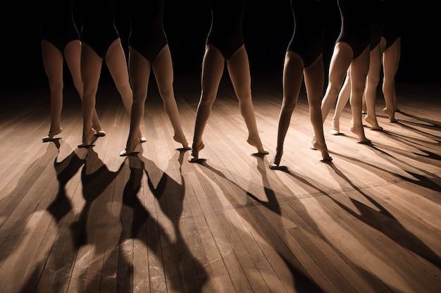 Cerca de pies en la clase de baile de ballet infantil