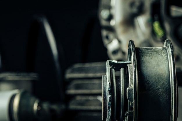 Cerca de piezas de automóviles nuevos sobre fondo negro