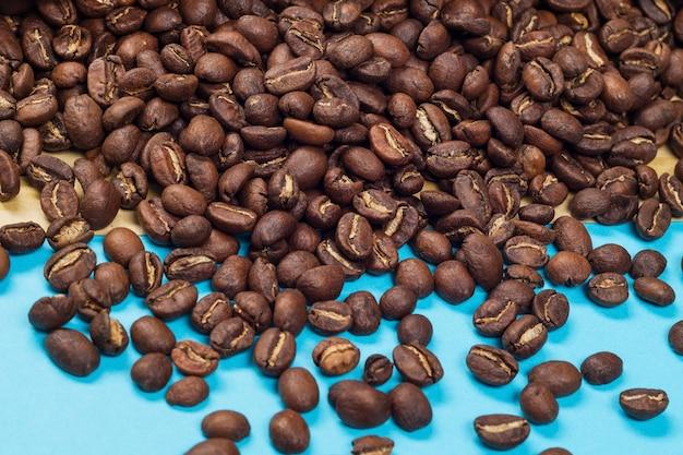 Cerca de la pila de granos de café tostados