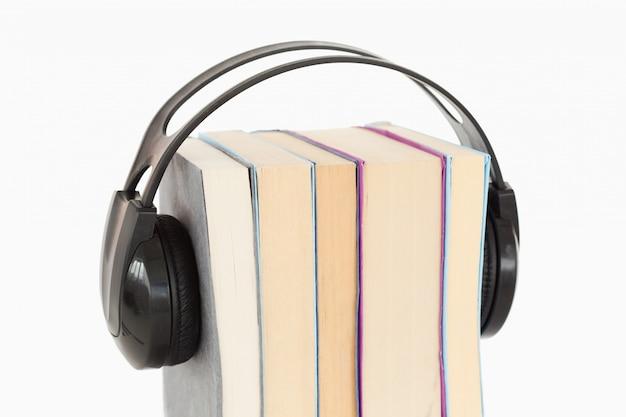 Cerca de una pila de libros y auriculares
