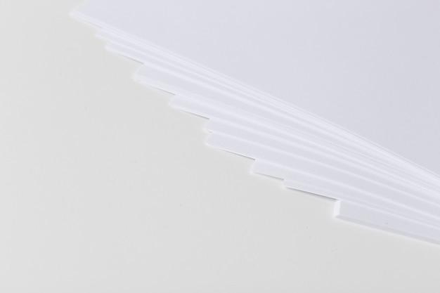 Cerca de la pila de papeles