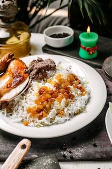 Cerca de pilaf azerbaiyano con lyavangi de pollo asado y frutos secos asados