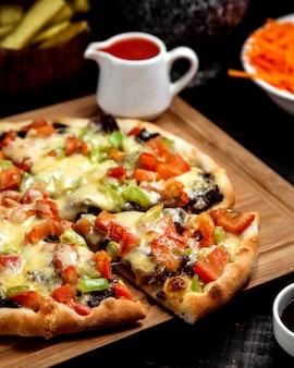 Cerca de pizza de carne con tomate pimiento y queso