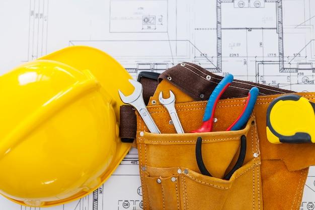 Cerca del plan de la casa con herramientas de trabajo