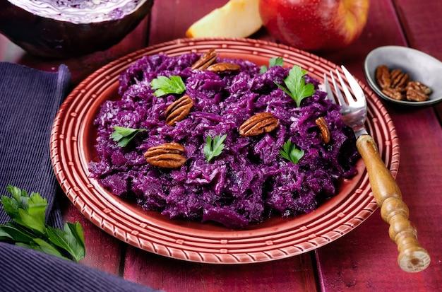 Cerca de un plato con repollo morado saludable y vegano sobre fondo rad