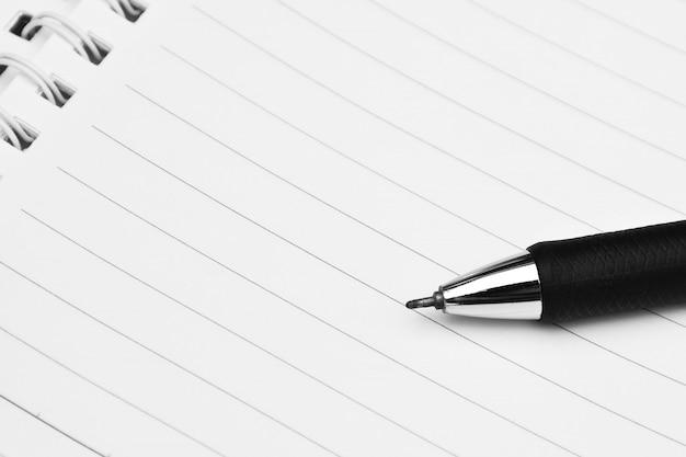Cerca de la pluma en un papel blanco - por concepto de negocio