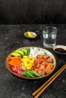 Cerca de poke bowl con salmón