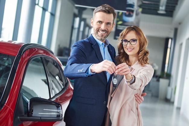 Cerca de los propietarios del coche nuevo
