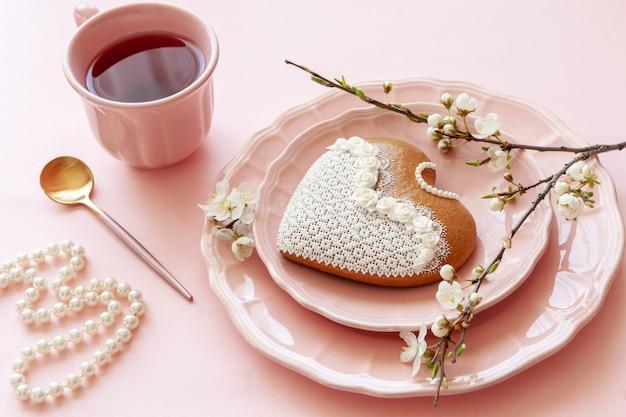 Cerca de la rama de la floreciente taza de cereza de té