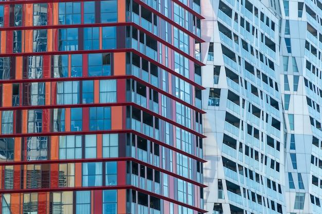 Cerca de rascacielos de colores