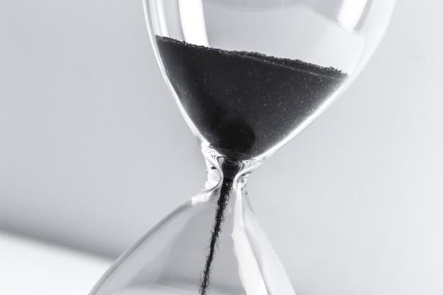 Cerca de reloj de arena negra