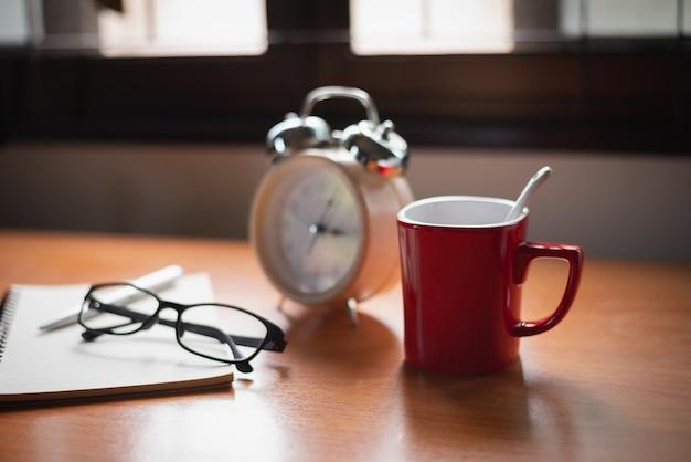 Cerca del reloj en la mesa de oficina