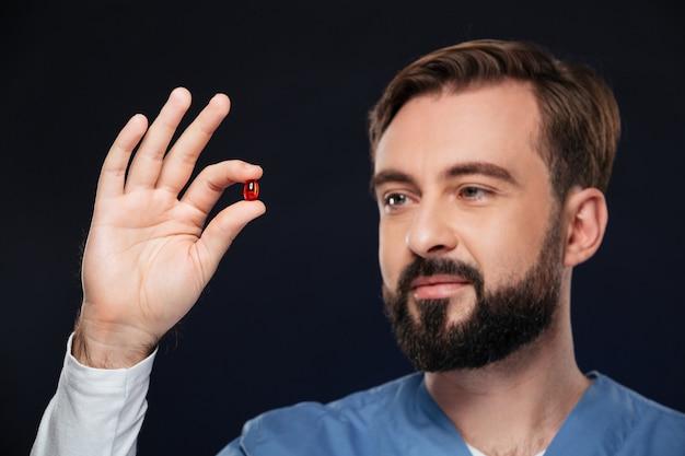 Cerca retrato de un doctor de sexo masculino sonriente