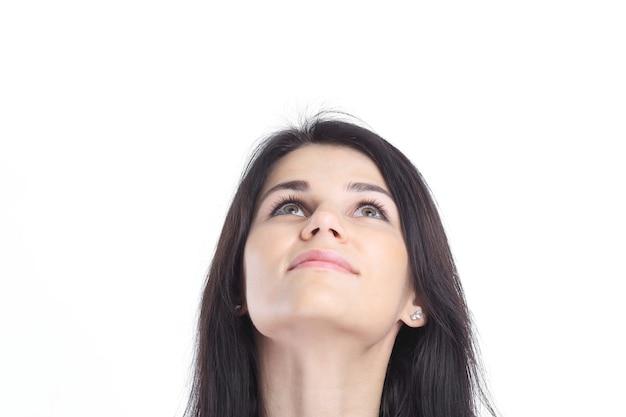 De cerca. retrato de mujer de negocios joven pensativa. aislado sobre fondo blanco