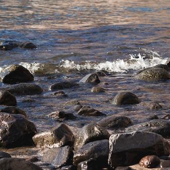 Cerca de las rocas en la playa salvaje