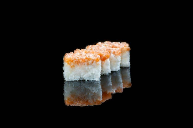 Cerca de rollo de sushi sobre un fondo negro plato japonés