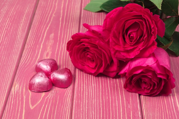 Cerca de rosas rojas y dulces de chocolate para el día de san valentín.