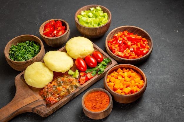 Cerca de sabrosas chuletas de verduras picadas