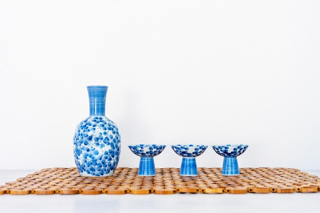 Cerca de set de beber sake japonés en mesa