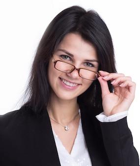 De cerca. sonriente joven mujer de negocios. aislado sobre fondo blanco