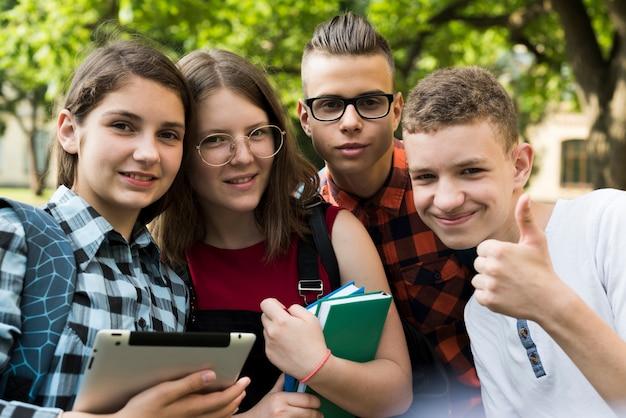 Cerca de sonrientes amigos adolescentes