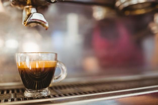 Cerca de la taza en una cafetera
